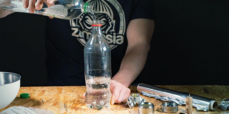 Bang À Gravité En Cascade: Remplissez D'eau Et Couvrez Le Trou De Carburateur