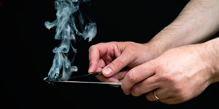 FUMER DU HASCH AVEC DES COUTEAUX