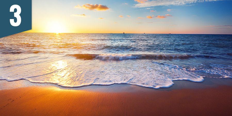 Admirez le coucher du soleil sur une plage