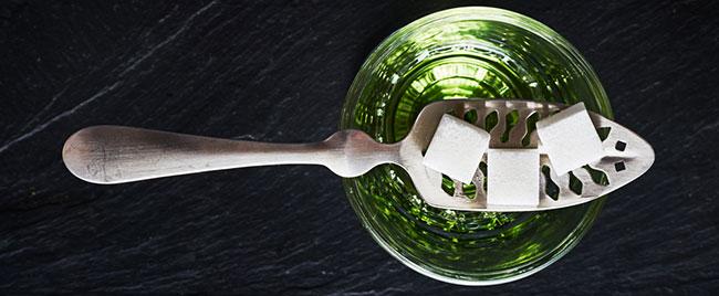 Verre d'absinthe avec des cubes de sucre