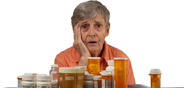 Vieille femme avec médicaments
