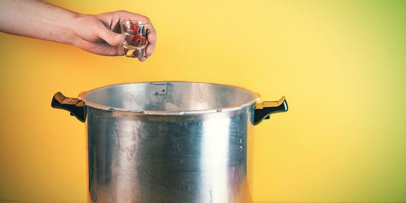 Seringue De Spores De Champignon Magique : Commencez par stériliser votre eau et votre verre à shooter/petit plat