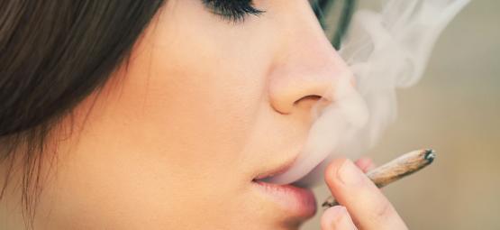 Pourquoi Les Femmes Devraient Vraiment Fumer De La Weed